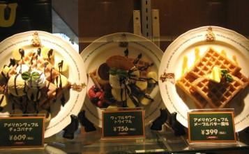 Муляжи десертов на витрине показывают настоящий размер и состав блюда