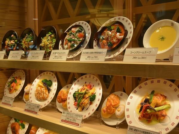 Муляжи помогают убедить прохожих, что у вас хорошая кухня и доступные цены