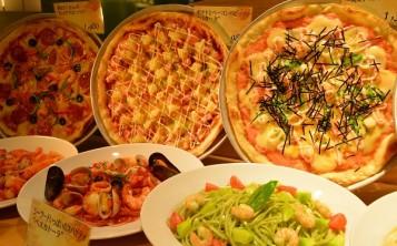 Муляжи пиццы смотрятся более красиво, если они расположены вертикально