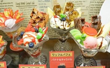 Аппетитные муляжи десертов на витрине значительно украшают интерьер кафе