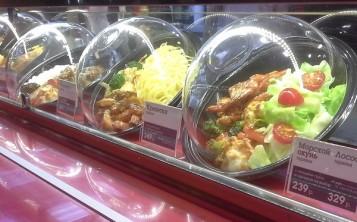 Муляжи блюд на витрине выглядят как настоящие блюда.