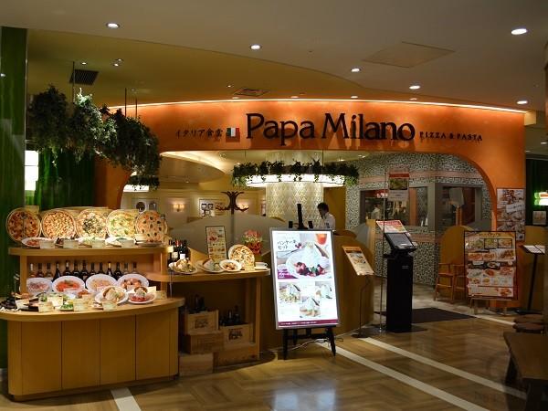 Оригинальный дизайнерский бокс для муляжей украшает фасад пиццерии и легко переносится в другое место в случае необходимости.