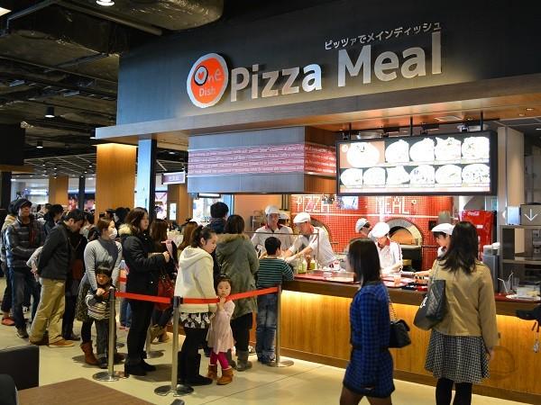 Во время ожидания своей очереди покупатели выбирают заказ на витрине с муляжами пиццы. поэтому обслуживание у окошка занимает минимум времени.