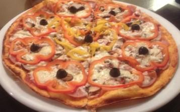 Пицца с ветчиной, сладким перцем и шампиньонами
