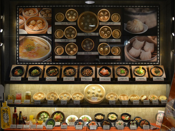 Big picture of meals attracts attention from the distance and makes the display window more visible.