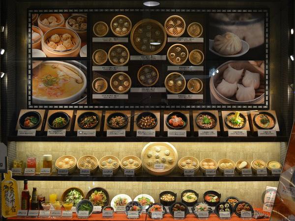 Крупные фотографии блюд привлекают внимание прохожих издалека и делают витрину более заполненной.