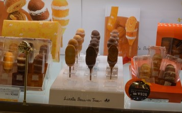 Plastic food replicas attract the attention of customers to new desserts