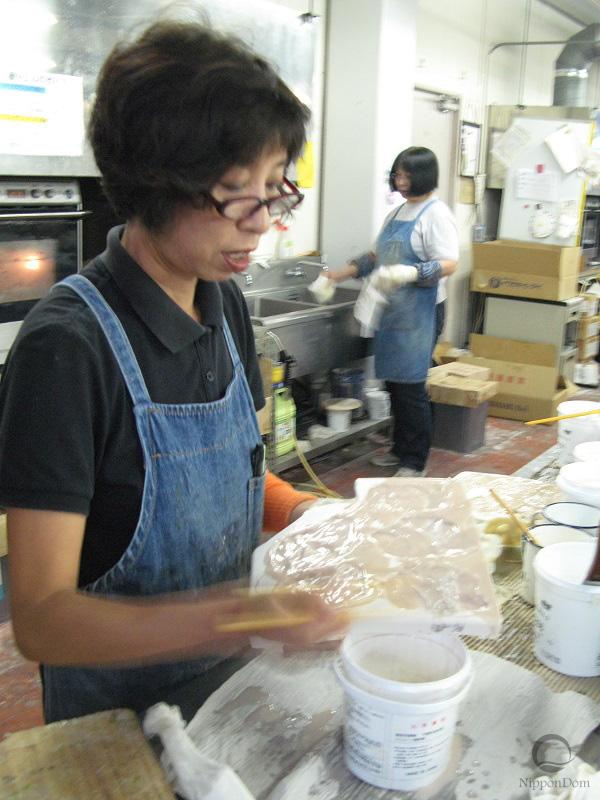 Мастер заливает силикон в форму для создания модели мясного карпаччо.