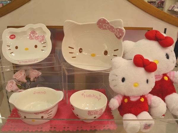 Красочная посуда на память о посещении детского кафе