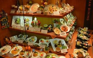 Раскрутка ресторана при помощи витрины с аппетитными муляжами блюд