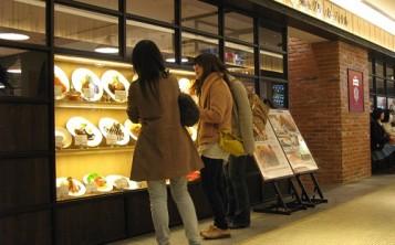 Высокоэффективная реклама ресторана и кафе - муляжи блюд на витрине