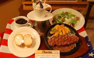 Муляж комплексного обеда: салат, стейк с гарниром, булочка, десерт