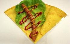 Муляж блина с сосиской, кетчупом и горчицей