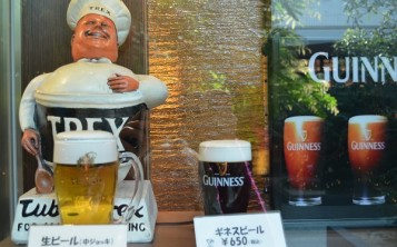 Невозможно пройти мимо витрины с таким соблазнительным бокалом пива