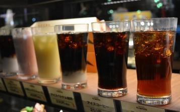 Уникальный способ рекламы напитков - муляжи на витрине заведения