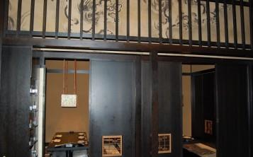Столики в японском ресторане разделены деревянными перегородками