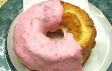 Муляж пончика «Клубничная мода с кремом»