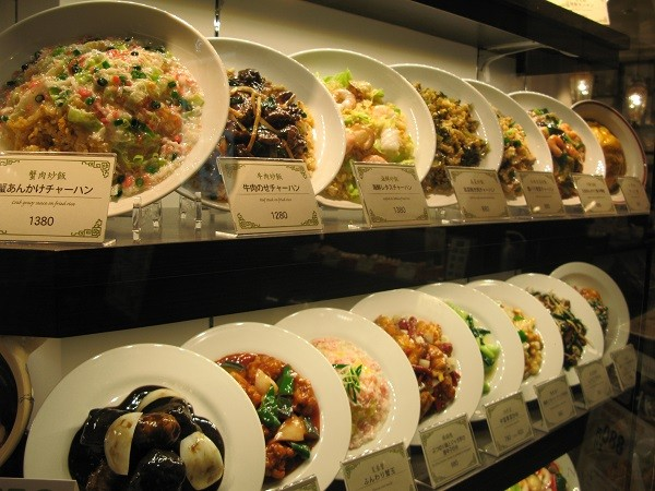 Муляжи на витрине ресторана являются точными копиями блюд меню