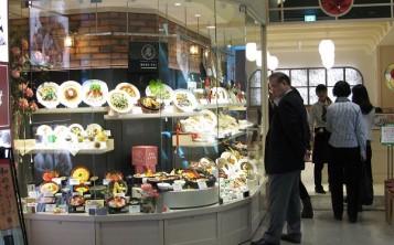 Витрина с муляжами привлекает прохожих и увеличивает прибыль ресторана