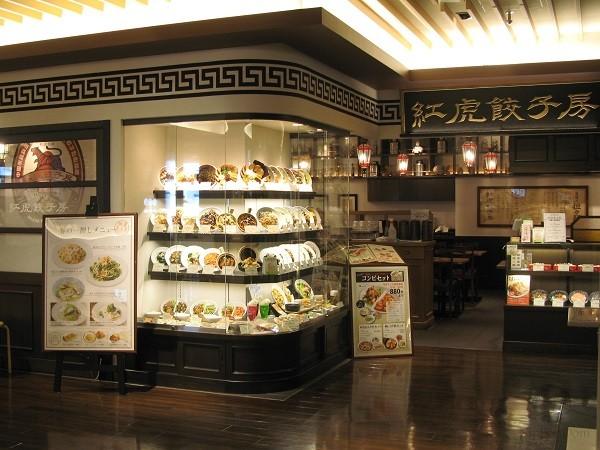 Витрина китайского ресторана с муляжами блюд издалека привлекает внимание